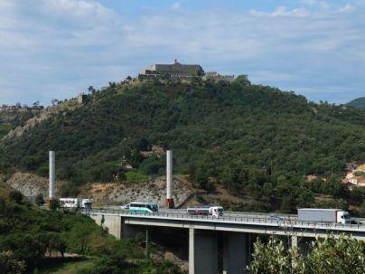 L'autoroute A9 et fort de Bellegarde