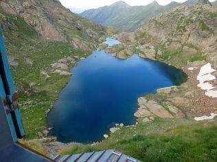 Depuis le refuge, vue plongeante sur le petit étang Fourcat le lac