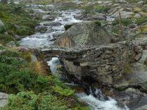 J 16 – beau pont de pierre sur le gave de Bassiès (avant de descendre à Aulus-les-Bains)