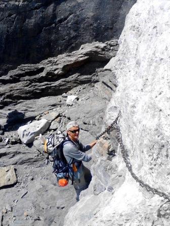 J 31 – mains au rocher sous les « Dos Hermanos », antécime du Mont Perdu