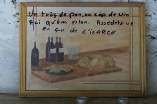 Un morceau de pain, un verre de vin, ici nous sommes bien. Asseyez-vous à la maison de l'Izarce/chez l'Izarce.