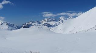 Derrière nous, le pic d'Aspe 2645m (2em sommet en partant de la droite)