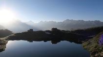J 37 - en route vers le col de Peyreget, lever du soleil sur le refuge de Pombie