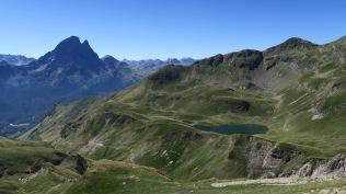 A droite, lac d'Aule. A gauche : l'Ossau