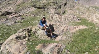 Pensif face aux strates géologiques