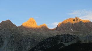 Le soleil se lève sur le Garmo Negro, au-dessus du Balnéario