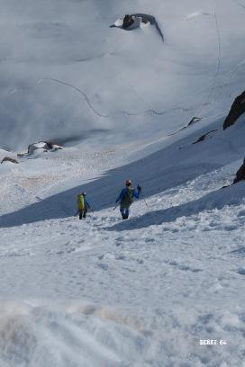Descente du col par deux alpinistes qui nous précédent
