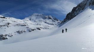 Enfin les skis sont chaussés en direction du col de Sobe