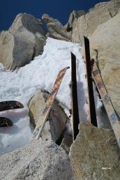 Ski bloqués dans les rochers pour ne pas s'envoler