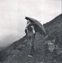 Renée et Romain sous le parapluie de berger