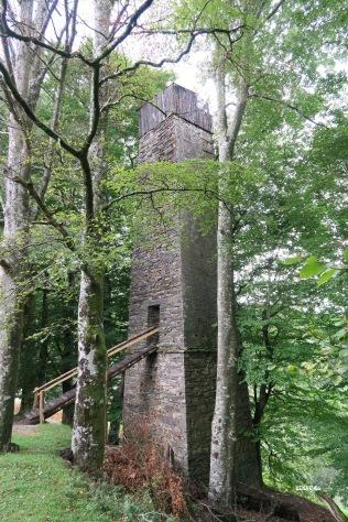 Palombière perchée sur une tour en pierre