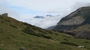 A gauche : la cabane de Pouey-Aspé