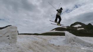Saut acrobatique sur les berges du lac Montagnon