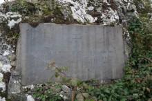 plaque commémorative commémorant le largage d'armes