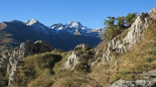 au fond, le pic du Midi de Bigorre