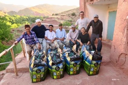 6 muletiers, Jamal et Brahim : remise des lots recueillis au Club Alpin