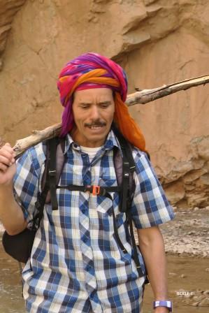Omar, au naturel heureux, chante à tue-tête !