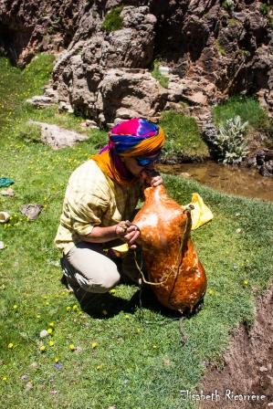 Omar gonfle une peau de chèvre