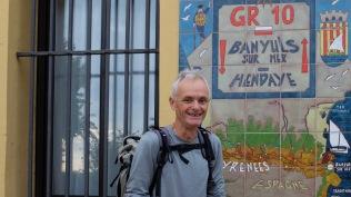 J 1 – photo traditionnelle, de début de HRP ou GR10, devant la Mairie de Banyus.