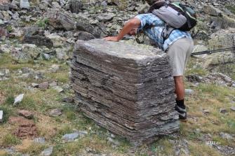 2211 m : strates de sédiments marins au bord du lac du Lurien !
